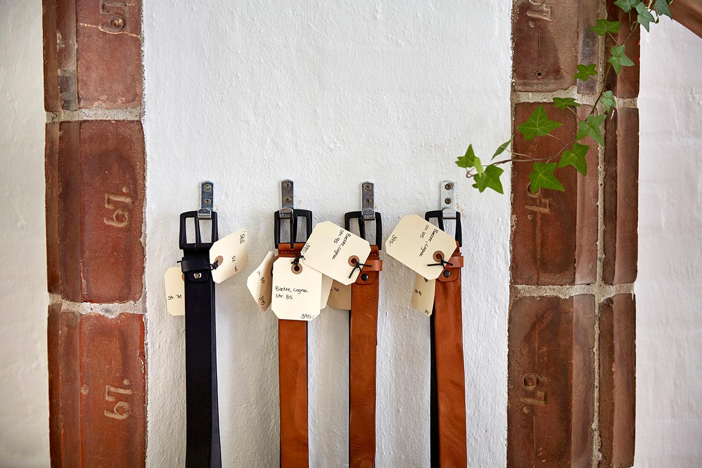 Bælter fra Birkmond i god kvalitet Læderbælter til mænd og kvinder i forskellige farver Vegetabilsk garvet læder læderbælter til en fair pris hos Birkmond taskebutik brandstore i Aarhus C