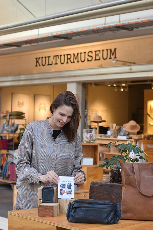 Flotte og stilrene lædertasker i høj kvalitet Birkmond tasker og lædervarer forhandles hos Vejle kulturmuseum museumsbutik Se udvalget af skuldertasker punge arbejdstasker i læder mv.