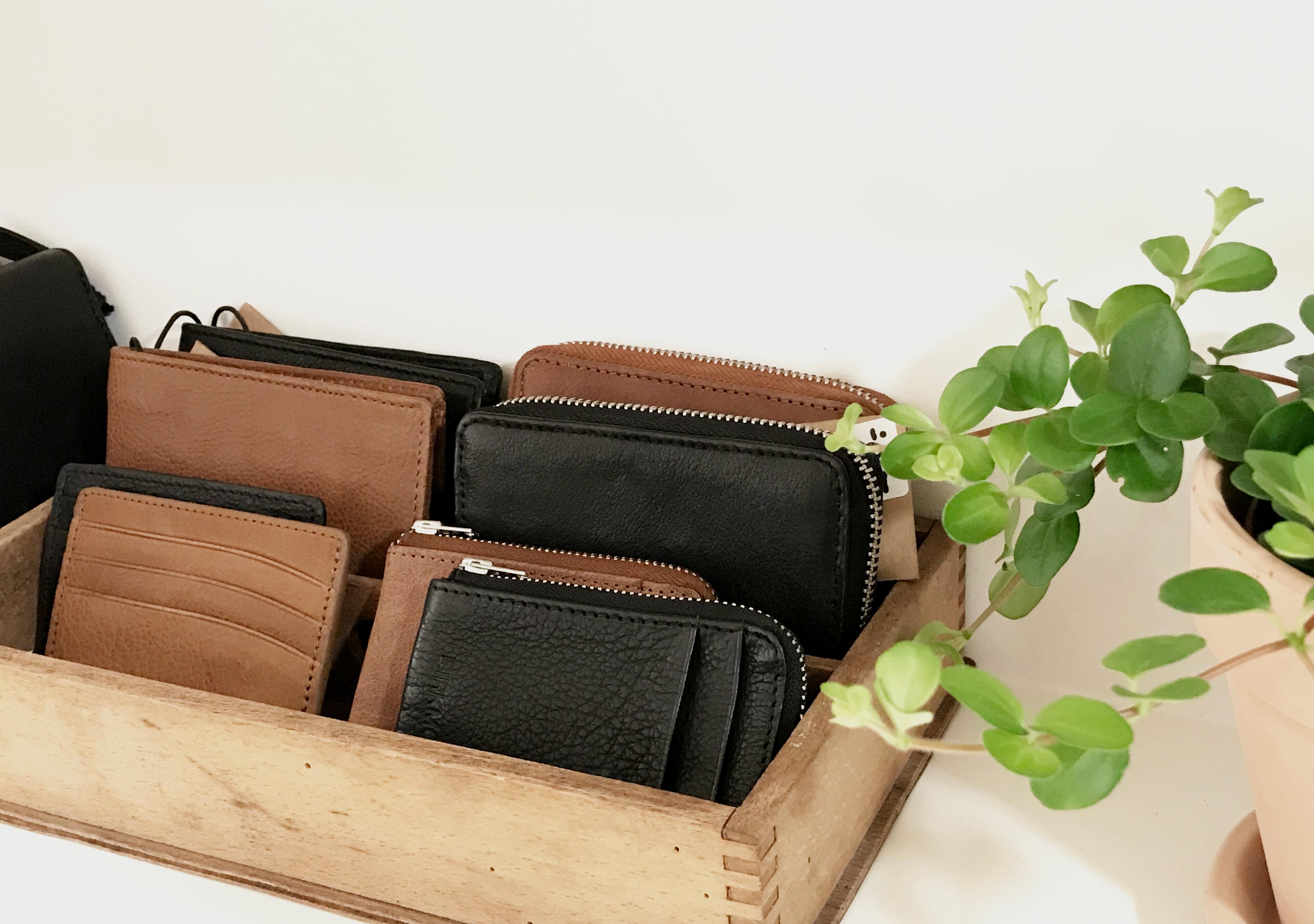 Punge og kortholdere i læder til kvinder og mænd Smarte og praktiske punge i ægte vegetabilsk garvet læder Stilrent dansk design fra Birkmond tasker og lædervarer Taskebutik i København og Aarhus