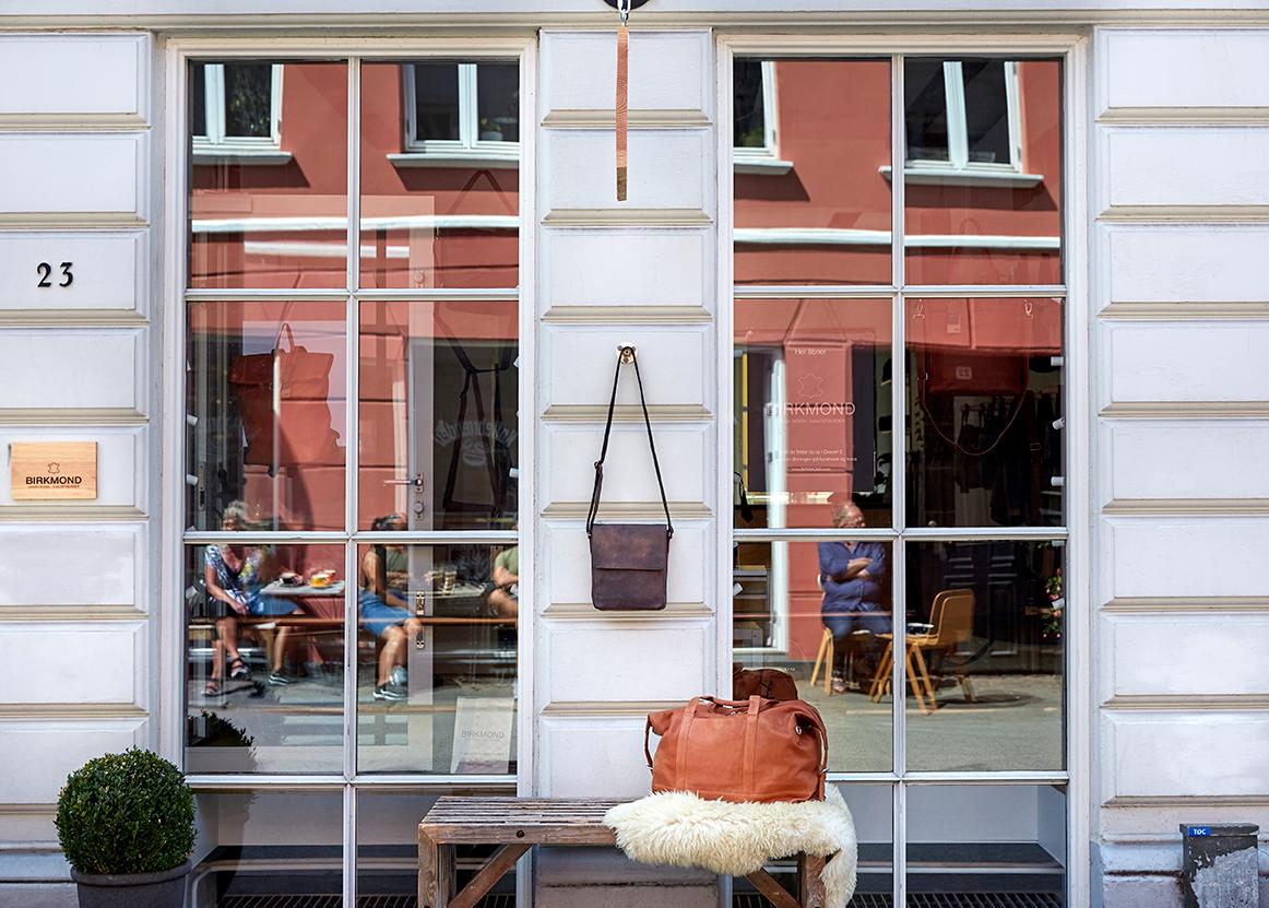 Birkmond facade i Aarhus Latinerkvarteret Brandstore med lædervarer af høj kvalitet til en fair pris Smuk bygning med flotte tasker i Aarhus centrum Taskebutik Birkmond