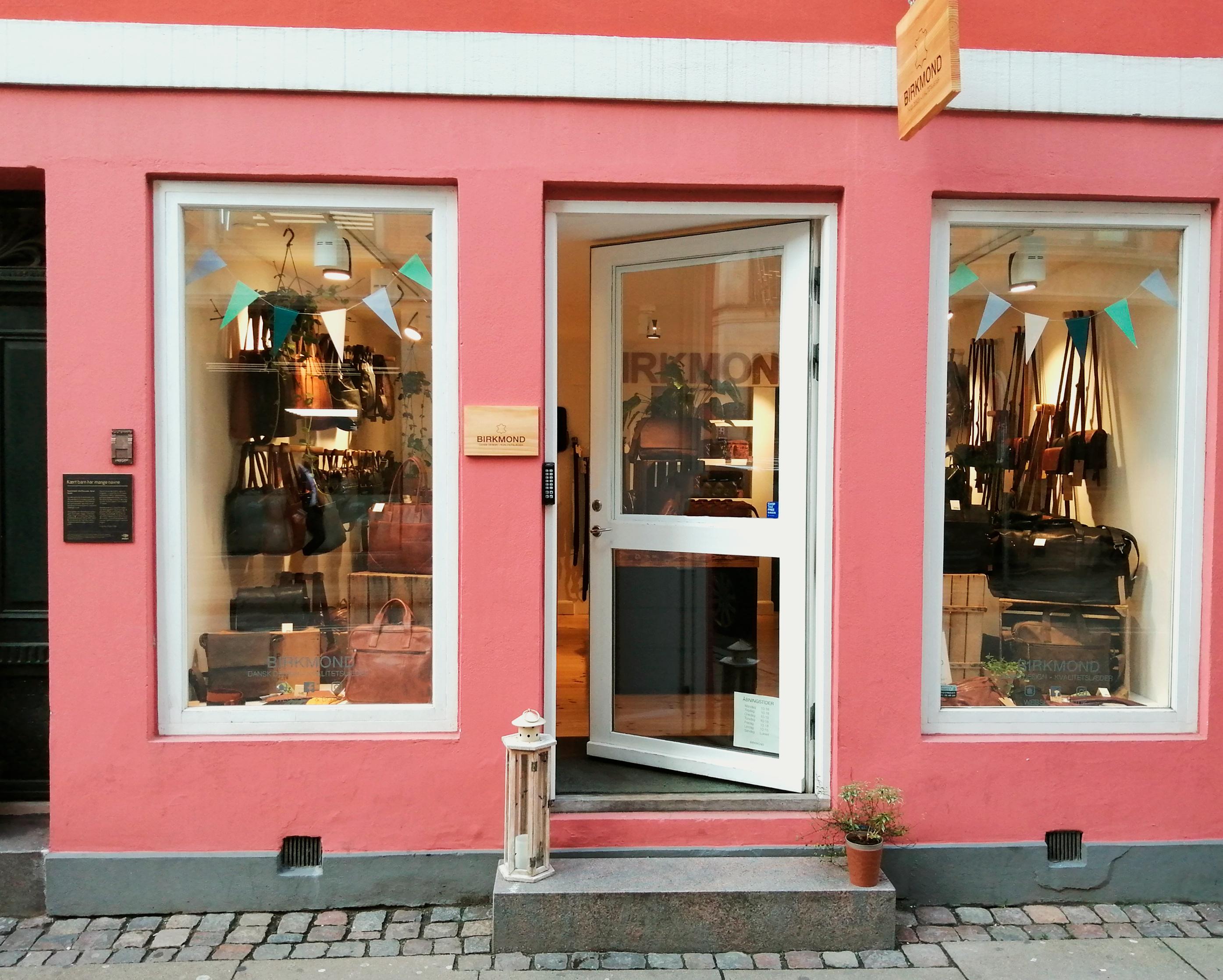 Birkmond København K Taskebutik med smukke stilrene tasker i dansk design Birkmond brandstore med rygsække rejsetasker skuldertasker toilettasker bælter i ægte vegetabilsk garvet læder