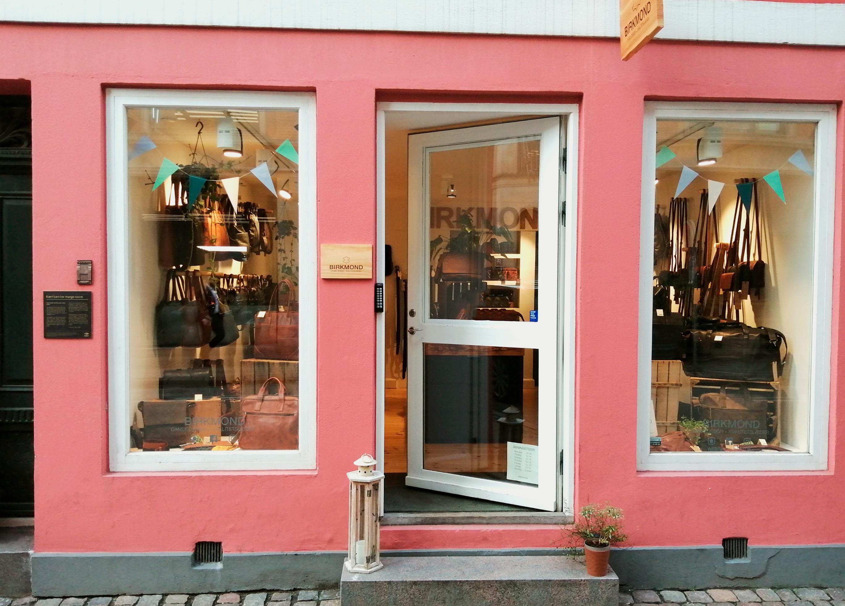 Birkmond taskebutik butik i København lædervarer lædertasker flot stilren dansk design bygning facade