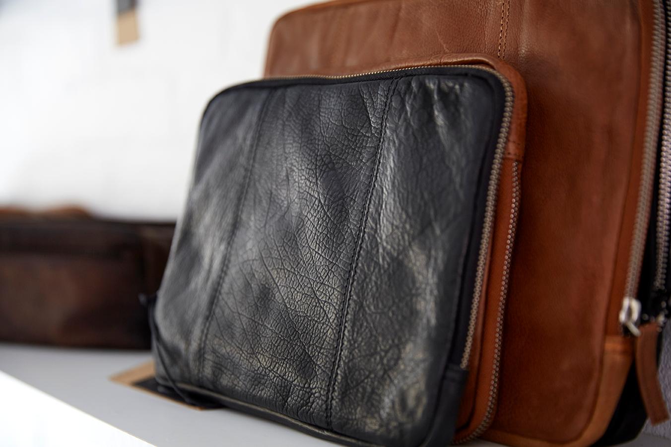 """Sleeves covers til iPad og pc Macbook 13"""" i læder Stilrent dansk design og god beskyttelse til din computer Sleeves til mænd og kvinder i høj kvalitetslæder Birkmond taskebutik lædervarer i Aarhus"""