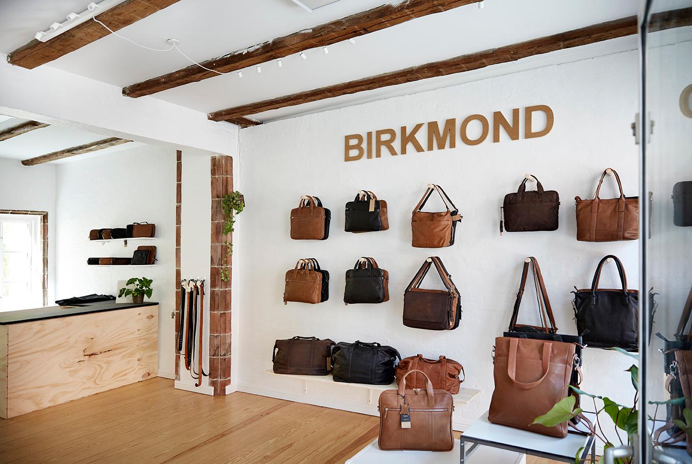 Birkmond taskebutik stilren og enkel indretning Fokus på naturlige materialer og lædervarer Lædertasker i høj kvalitet til en fair pris hos Birkmond tasker i Aarhus Latinerkvarteret Tasker til mænd og kvinder