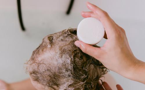 Hier erfährst Du alles Wichtige über Solid Shampoos, Shampoos Bars, feste Shampoos und Haarseifen