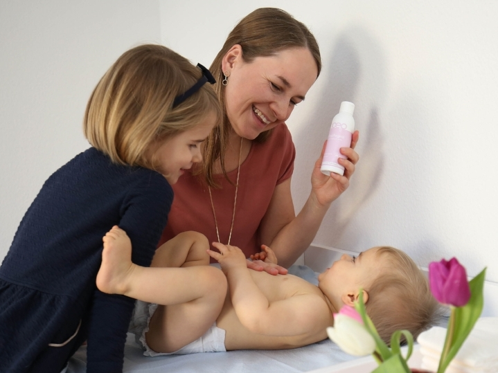 Das boep Baby Pflegeöl darf bei der Babymassage nicht fehlen, um entspannende Bonding Momente zu ermöglichen