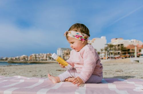 Die richtige Pflege und der beste Sonnenschutz für Babys und Kinder