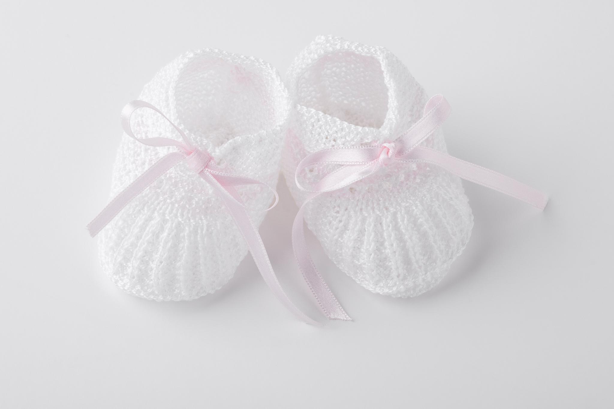 Merceditas de punto blanco con lazo rosa