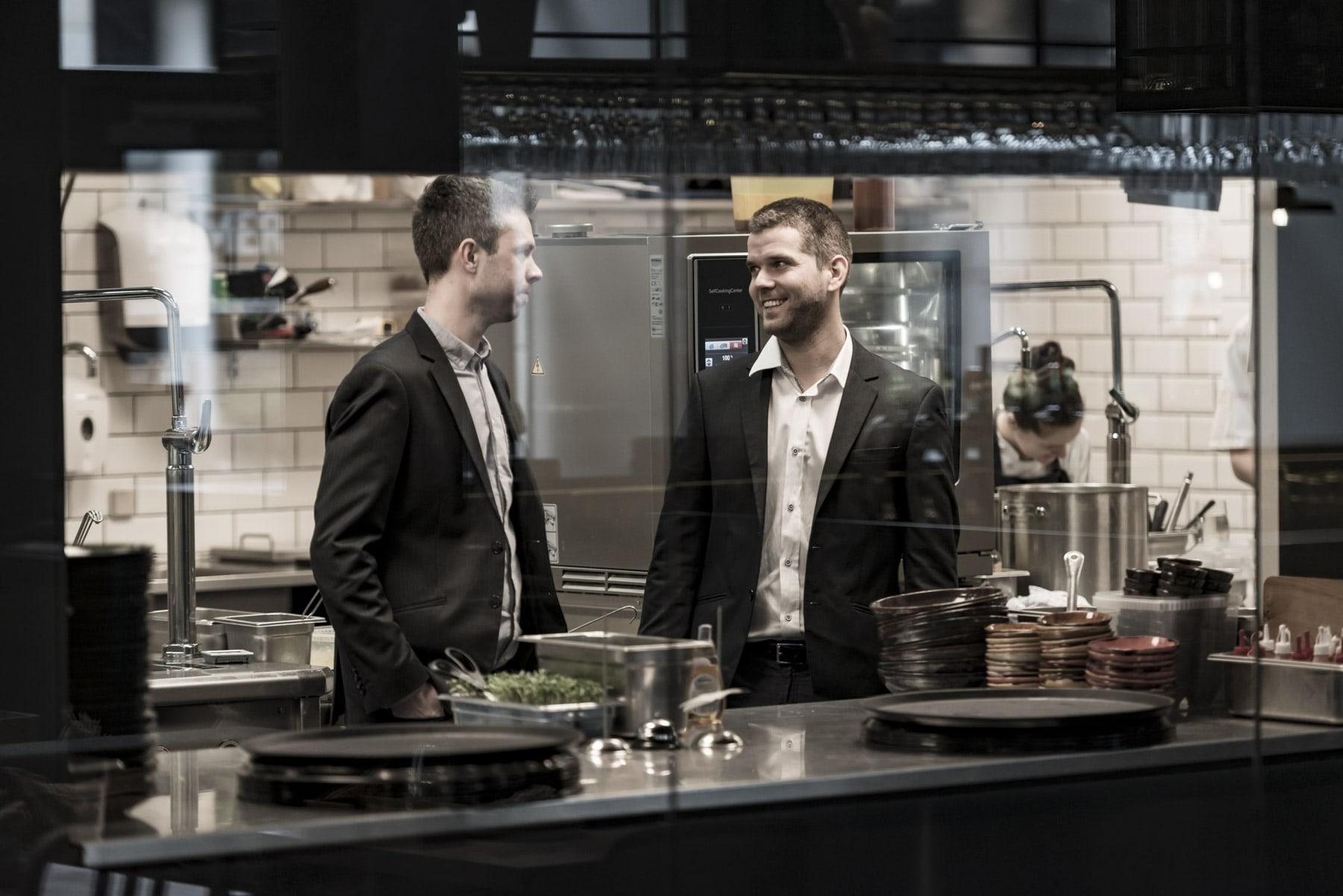 Mark og Jeppe i restaurants køkken